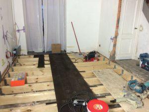 Gebrande_plankenvloer_op_balkenstructuur_31